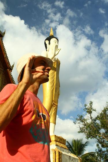 Aquí estoy yo en el templo Pha That Luang