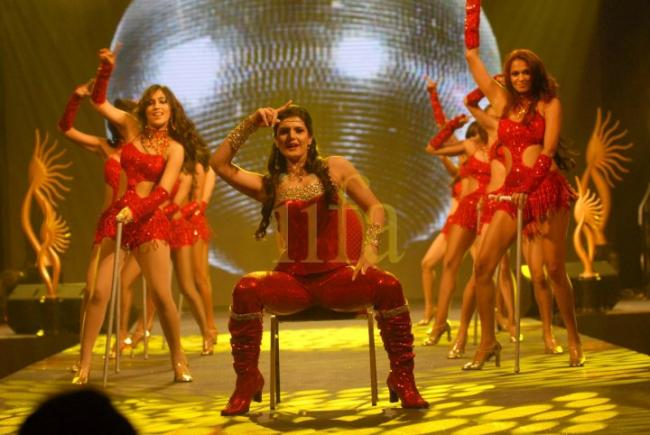 zarine khan pics 2011. Zarine Khan Performs at IIFA