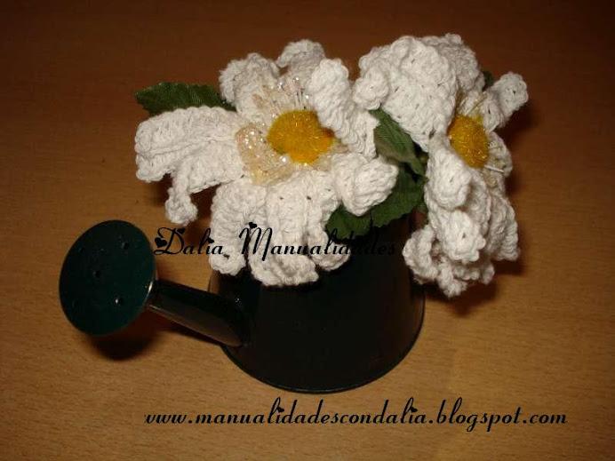 regadera con flores