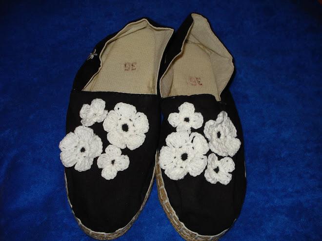 alpargatas negras con apliques blancos