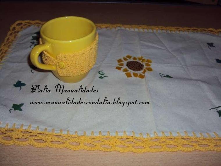 mantelito individual con taza vestida
