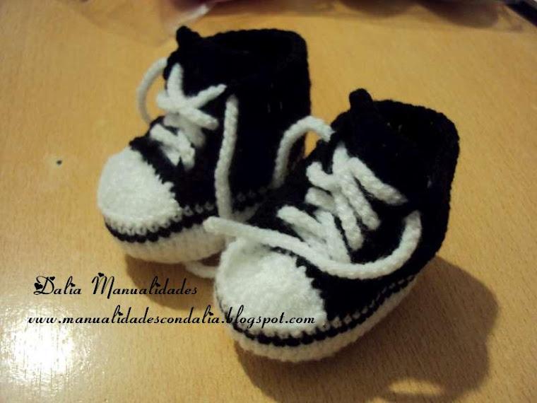 zapatilla negra y blanca para bebé