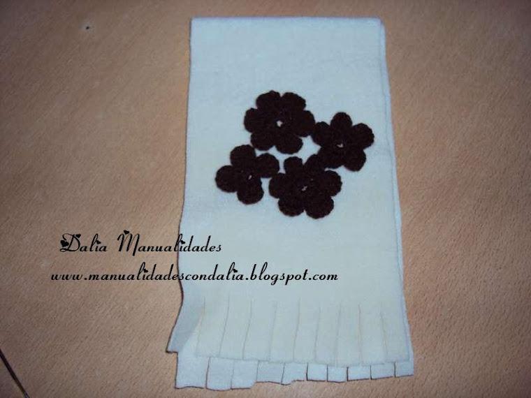 bufanda polar con flores tejidas