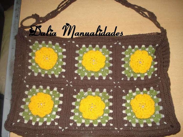 bolso con cuadros y flores