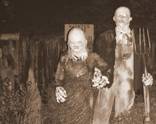 Image of 'American Gothic-esque' Halloween couple from a Haunted House in Vancouver, Canada in 2008 and link to a US National Public Radio section on the iconic American painting 'American Gothic' by Grant Wood (1891-1942).