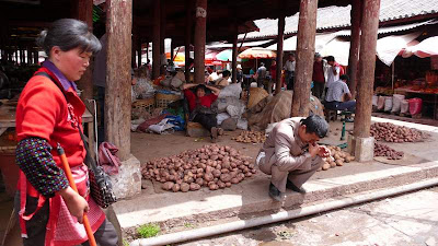 Image of Chinese workers in a market in Lijiang, Yunnan Province.