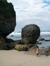 grote rotsen klein meisje