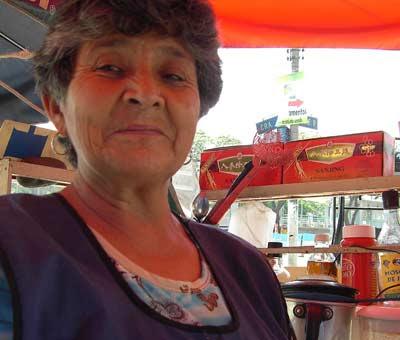 Ésta es la señora de Cali que me vendió unos zumos buenísimos y con la que estuve charlando un ratito. Maravillosa. Cali, marzo 2008