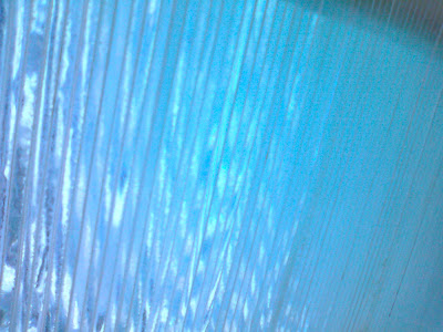 ガラスの重なった板に光があたっている