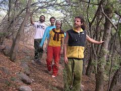 Sw. Dhyan Anala junto a tres de sus aprendices.