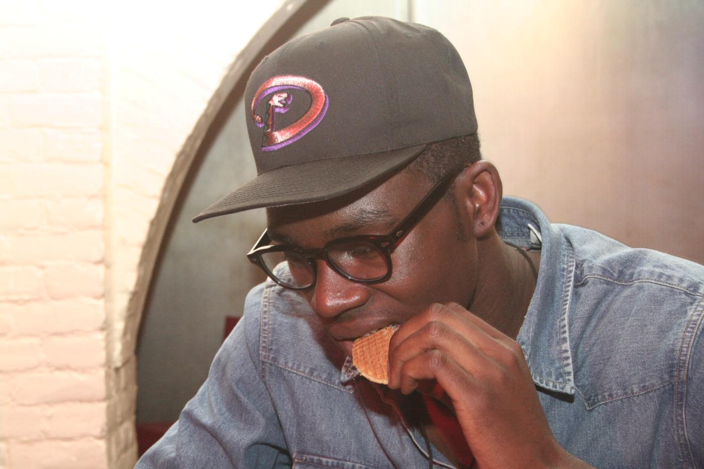 O sujeito acima mastigando um biscoito e usando óculos de grau não pode ser  considerado um rapper comum. De fato, Theophilus London foge ao  comportamento, ... 30003250b9