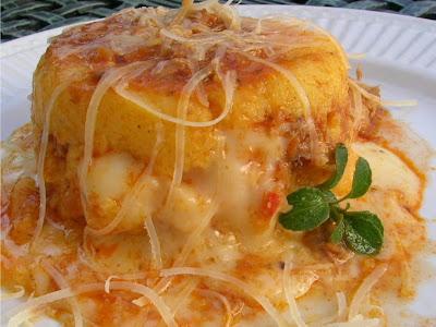Polenta con  salsa y queso