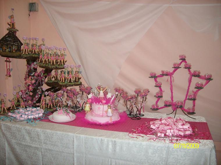 Mesa de torta y souvenirs decorada