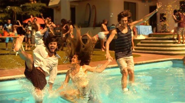 Jóvenes tirándose a una piscina