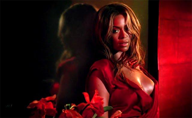 Beyoncé luciendo escote en el anuncio de su fragancia Heat
