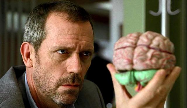 Hugh Laurie examinando un cerebro