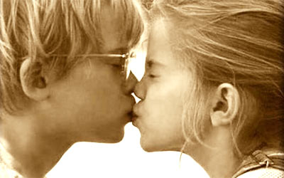beso hollywoodiense en el momento de besarse uno inclina al