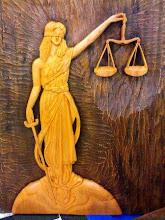 Deusa da Justiça em madeira