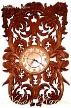 Relógio esculpido em madeira