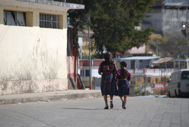 Mother and daughter in tipico ropas