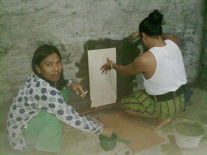 Kyai Suja'i dan Ust.Jamal pemasangan kramik pertama