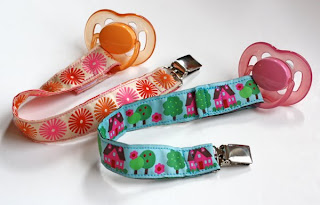 http://2.bp.blogspot.com/_wXG-O0Gal_o/TOFldH4ueuI/AAAAAAAAEnc/6gX50TG176I/s1600/DIY-pacifier-clips.jpg