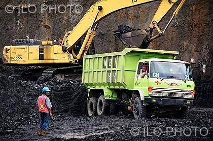 Empleo de maquinaria pesada ultramoderna en la mina de carbón de PT. Mulia Harapan Utama, en Kalima