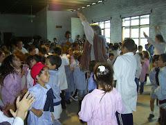 Los niños participan con los artistas