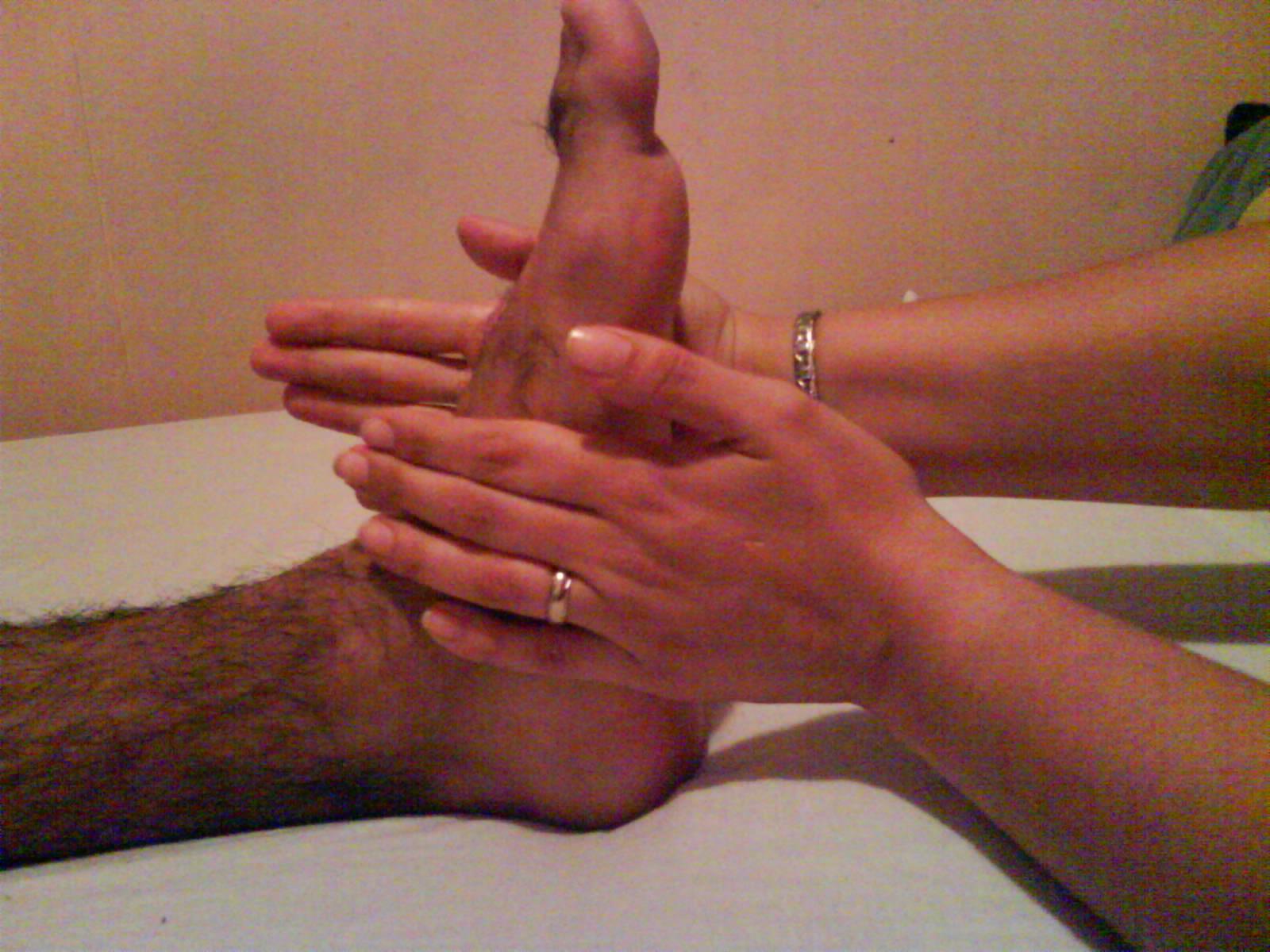 Pies de la mano alemana en la cara