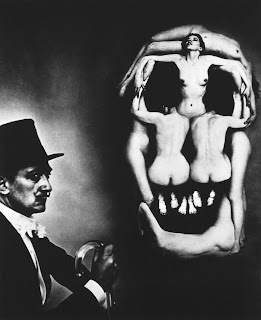 In Voluptas Mors. Surrealismo. Foto de Phillippe Halsman de tableau vivant diseñado por Dalí