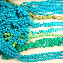 Collares o bolitas de turquesa junto a turquenitas, calciltas y otras gemas