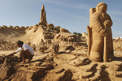 Digging deep Sand Sculpture