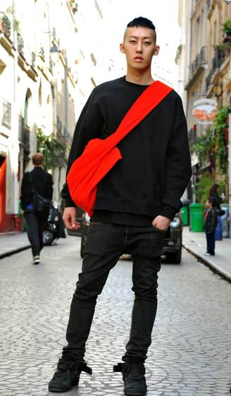 this black total look crossed by the big red bag.
