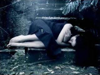 Mulher que chora, no seu silêncio de dor e sofrimento