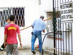 Bomberos luchan contra las llamas en el predio de la Junta Departamental de Rivera