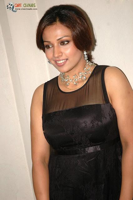 Asha Saina sexy look