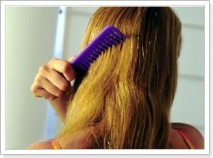 Por las manos la loción para los cabellos contra la caída de los cabello