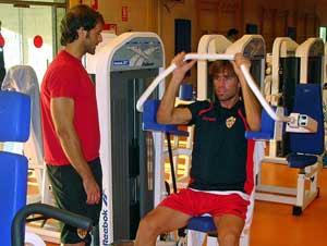 Rehabilitacion funcional de futbolistas. Primero con aparatos y maquinas, luego con ejercicios en el campo de futbol