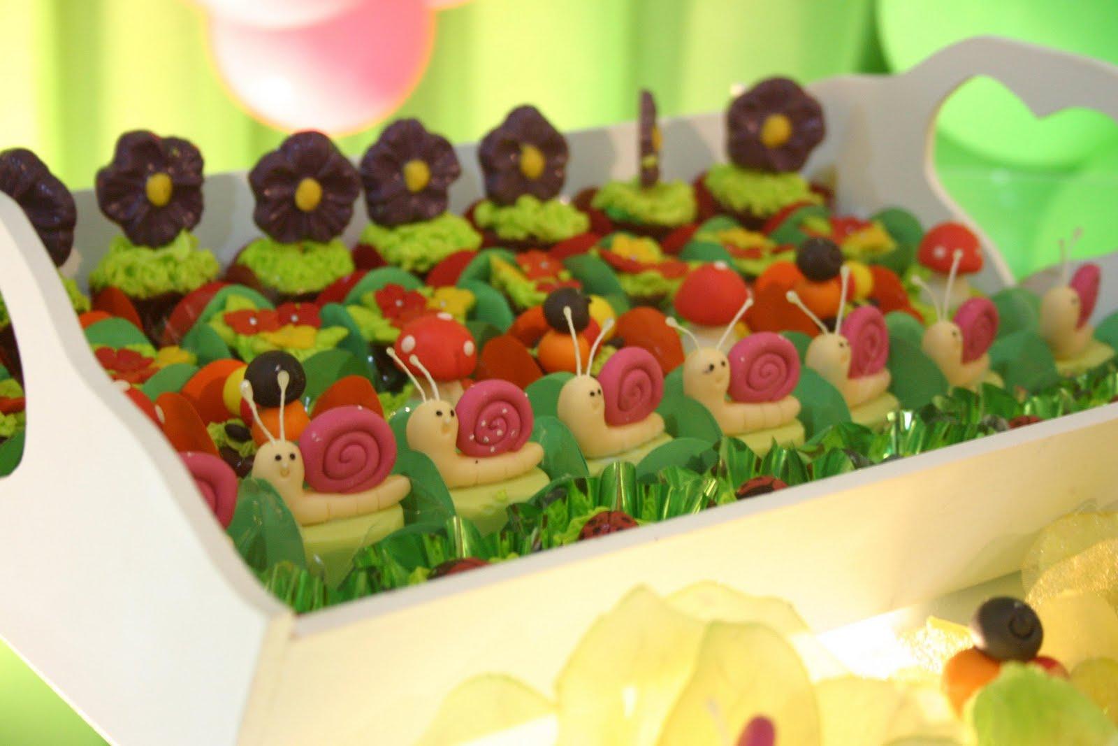 enfeites para mesa tema jardim: mesa dos convidados além de ser lindo tinha um bombom em cada flor de