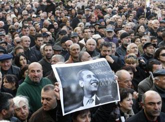 Τιφλίδα, 7 Νοέμβρη. Διαδήλωση κατά του Σαακασβίλι (Photo: Deutsche Welle).