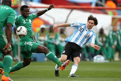 http://2.bp.blogspot.com/_xJ9UlSMzmLk/TBOx3GHktRI/AAAAAAAABtw/WwvqZFfoADg/s400/messi-dispara-muy-colocado-pero-el-portero-nigeriano-salva-0.jpg