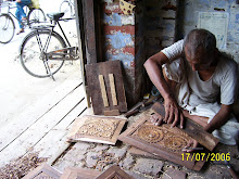 Un meşteşugar indian din Saharanpur, Uttar Pradesh