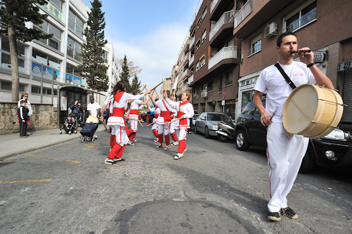 Bastoners de Malla ballant en cercavila la Processó