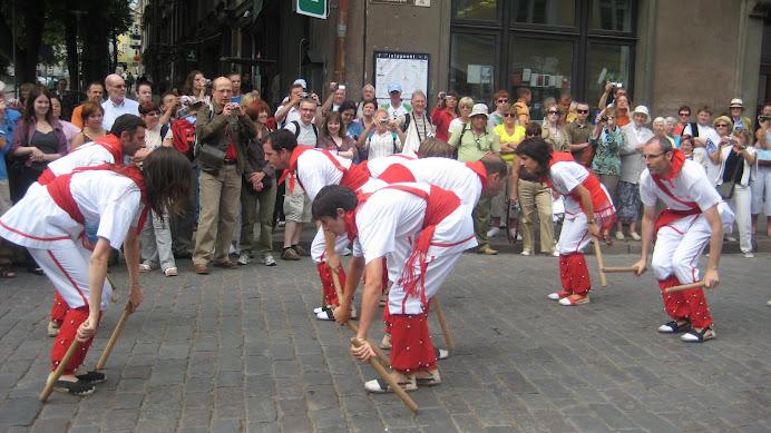 Bastoners de Malla dansant la Polca de l'Ós a Tallinn (Estònia)