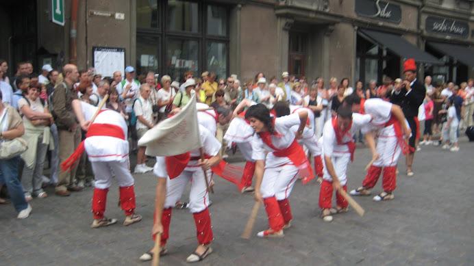 Bastoners de Malla fent el Ball de la Civada a Tallinn, Estònia
