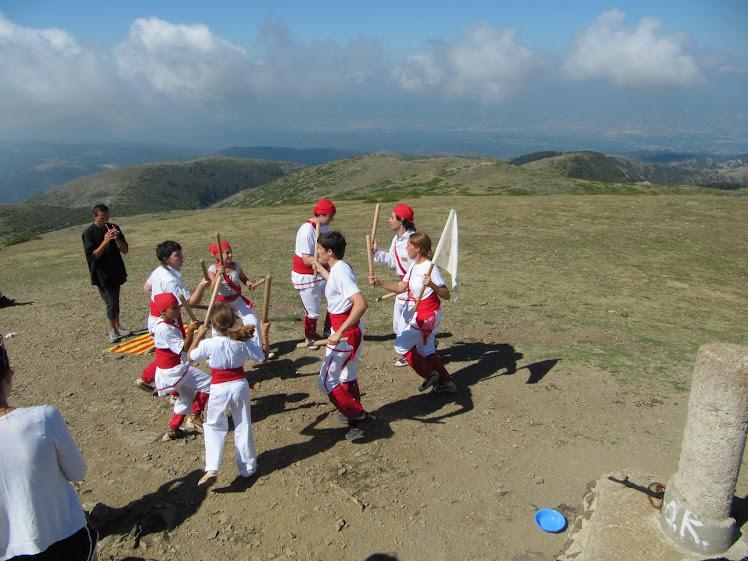 Bastoners de Malla dansant al cim del Matagalls (1696 m.)
