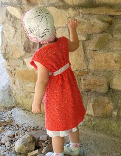 Длинный жилет для дочки, связанный крючком