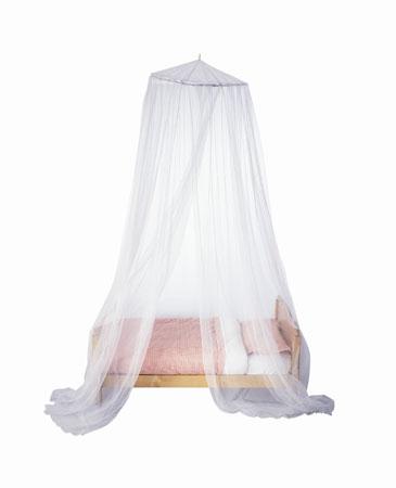 atelierul din mansarda baldachin alb. Black Bedroom Furniture Sets. Home Design Ideas