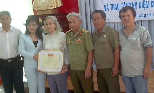 Từ trái. Quang Bình k6, PBT phường, cô Hồng (mẹ  LS Linh), CT hội CCB phường, Tăng Tiến k8, Hameo K6