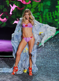 We love Doutzen Kroes lingerie pics